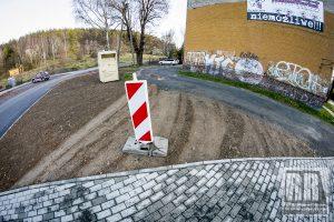 Niszczą trawnik przy parkingu dla rowerzystów w Kamiennej Górze