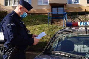 Policjanci sprawdzają osoby na kwarantannie