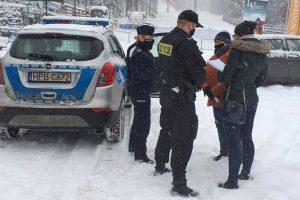 Policjanci wraz ze służbami sanitarnymi kontrolują stoki w Karpaczu