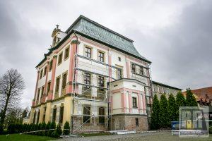 Trwa remont elewacji Domu Opata w Krzeszowie