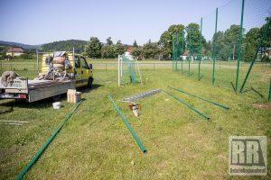 Montują nowe piłkochwyty w Marciszowie