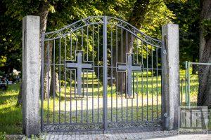 Nowa brama cmentarna w Sędzisławiu