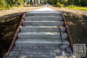 Trwa budowa schodów i ścieżki na terenie kamiennogórskiego zalewu